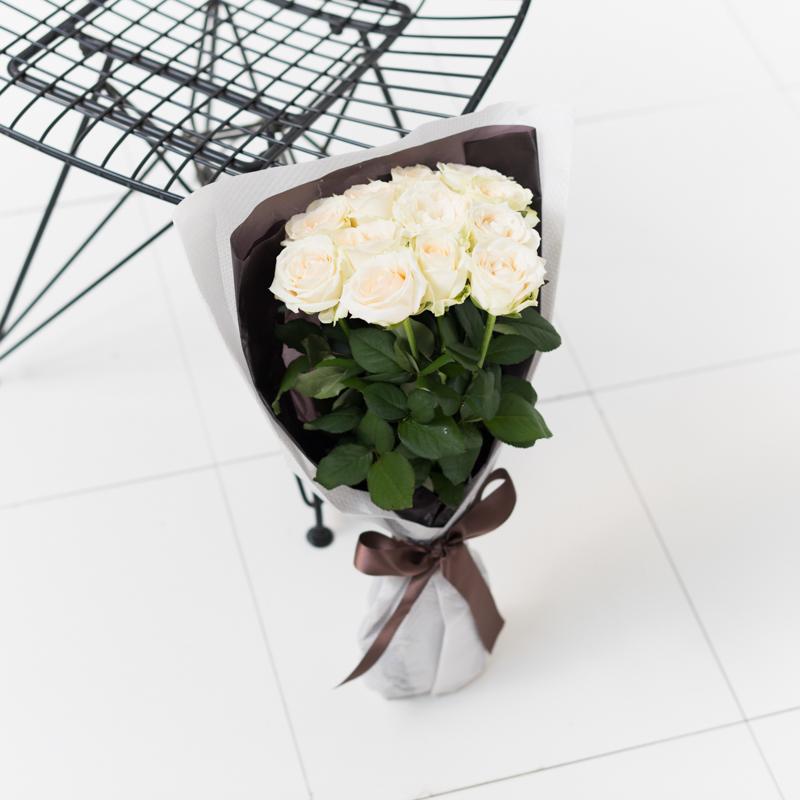 花キューピットのサブブランド、プシュケのフラワーブーケ。テーマはモダン。白バラの花束。