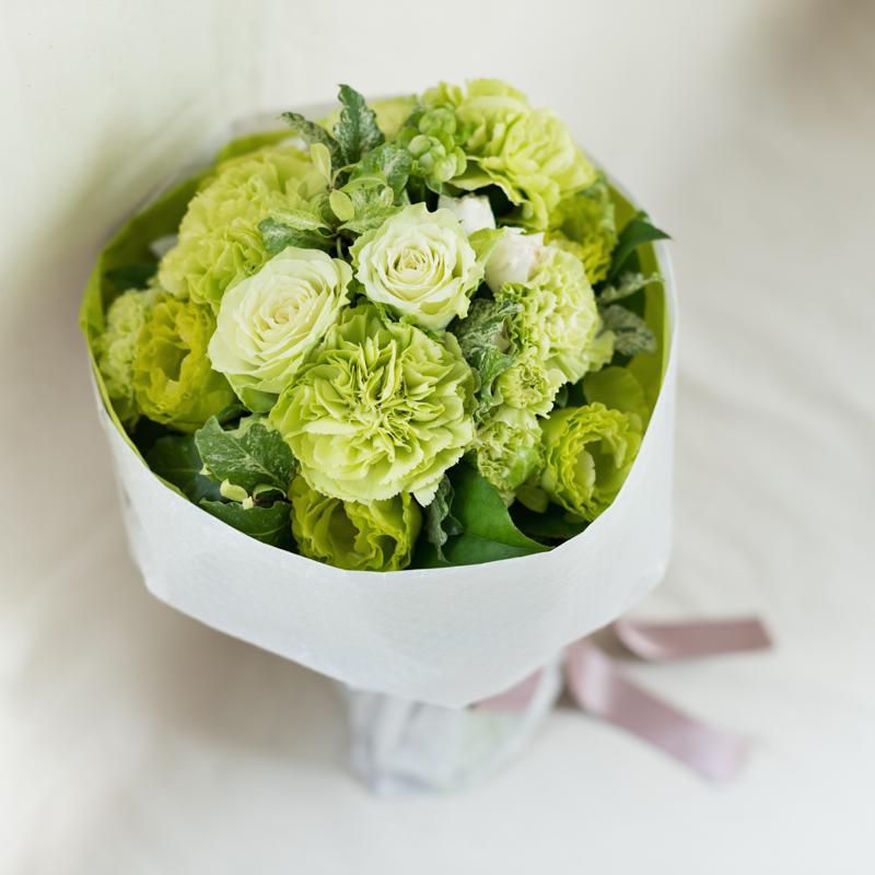 花キューピットのサブブランド、プシュケのフラワーブーケ。テーマはナチュラル。白グリーン。