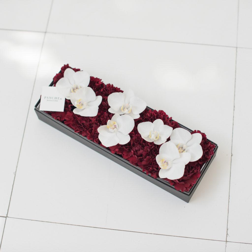 花キューピットのサブブランド、プシュケのボックスフラワー。テーマはモダン。赤バラと白の胡蝶蘭。