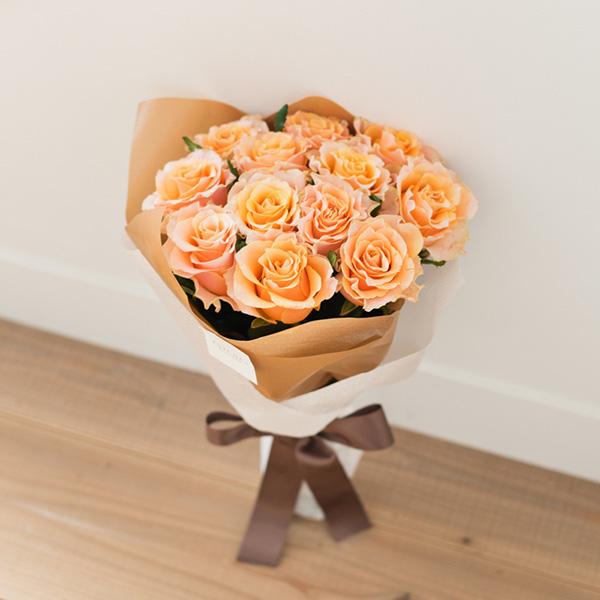 花キューピットのサブブランド、プシュケのフラワーアレンジメント。テーマはウォーム。オレンジバラの花束。