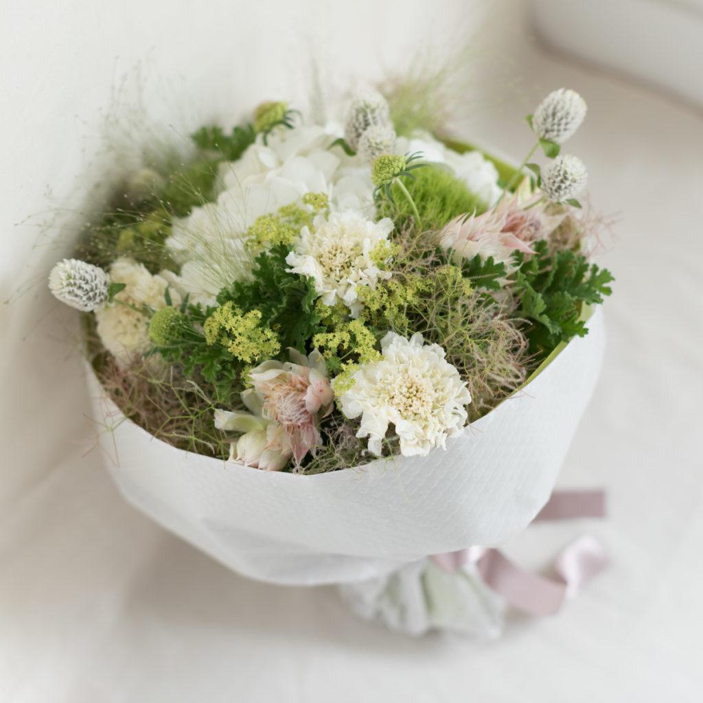 花キューピットのサブブランド、プシュケのフラワーアレンジメント。テーマはナチュラル。白グリーン。
