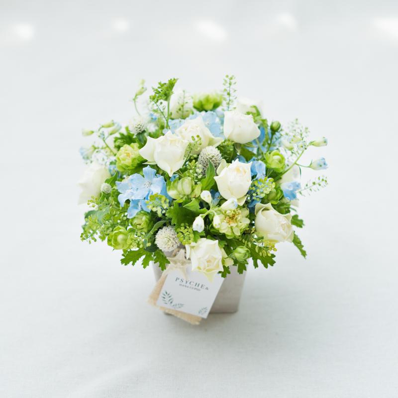 花キューピットのサブブランド、プシュケのフラワーアレンジメント。テーマはナチュラル。白グリーンブルー。