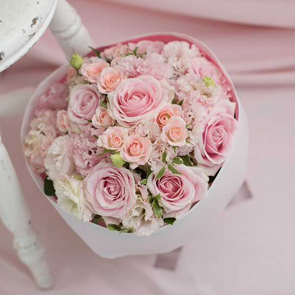 花キューピットのサブブランド、プシュケの生花ブーケ。テーマはキュート。淡いピンクの花束。