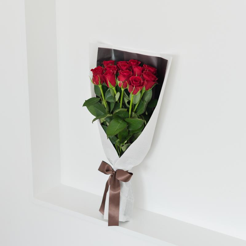 花キューピットのサブブランド、プシュケのフラワーブーケ。テーマはモダン。赤バラの花束。