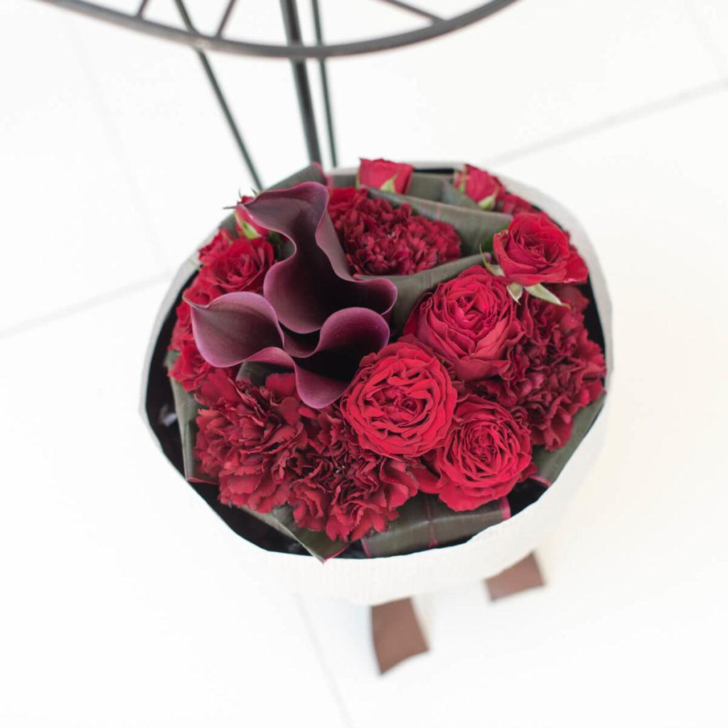 花キューピットのサブブランド、プシュケのフラワーブーケ。テーマはモダン。赤、ワイン色の花束。