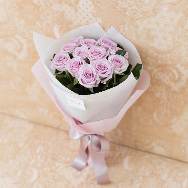 花キューピットのサブブランド、プシュケのフラワーブーケ。テーマはエレガント。ラベンダー色のバラの花束。
