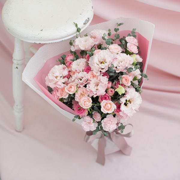 花キューピットのサブブランド、プシュケの生花ブーケ。テーマはキュート。ピンクの濃淡とグレイッシュなグリーンの花束。