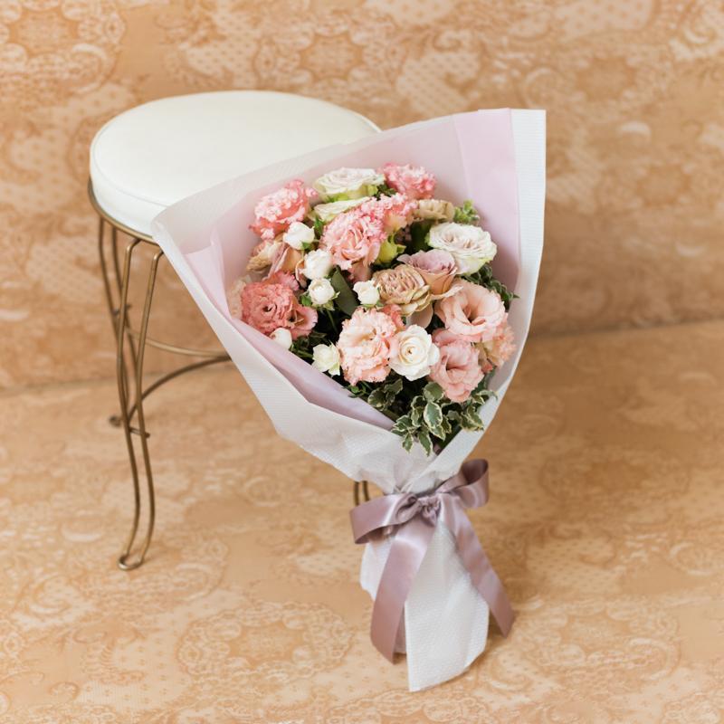花キューピットのサブブランド、プシュケのフラワーブーケ。テーマはエレガント。アプリコットベージュブラウンの花束。