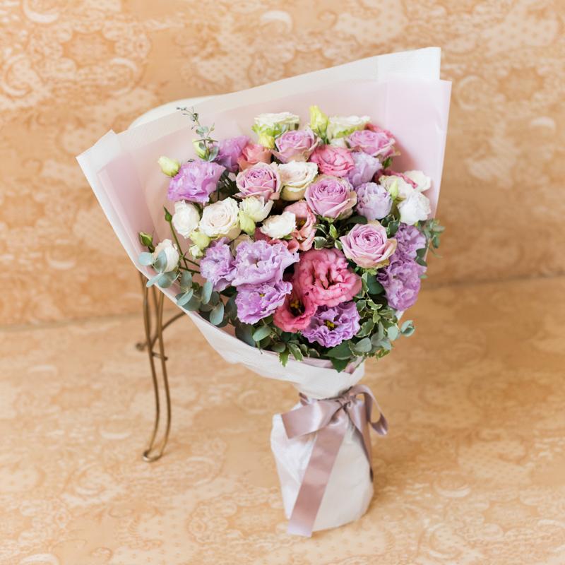 花キューピットのサブブランド、プシュケのフラワーブーケ。テーマはエレガント。ラベンダーの濃淡と白の花束。