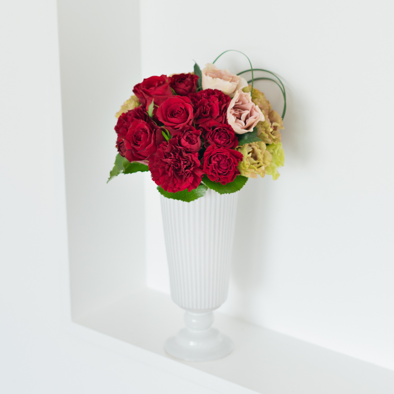 花キューピットのサブブランド、プシュケのフラワーアレンジメント。テーマはモダン。赤ブラウングリーン。