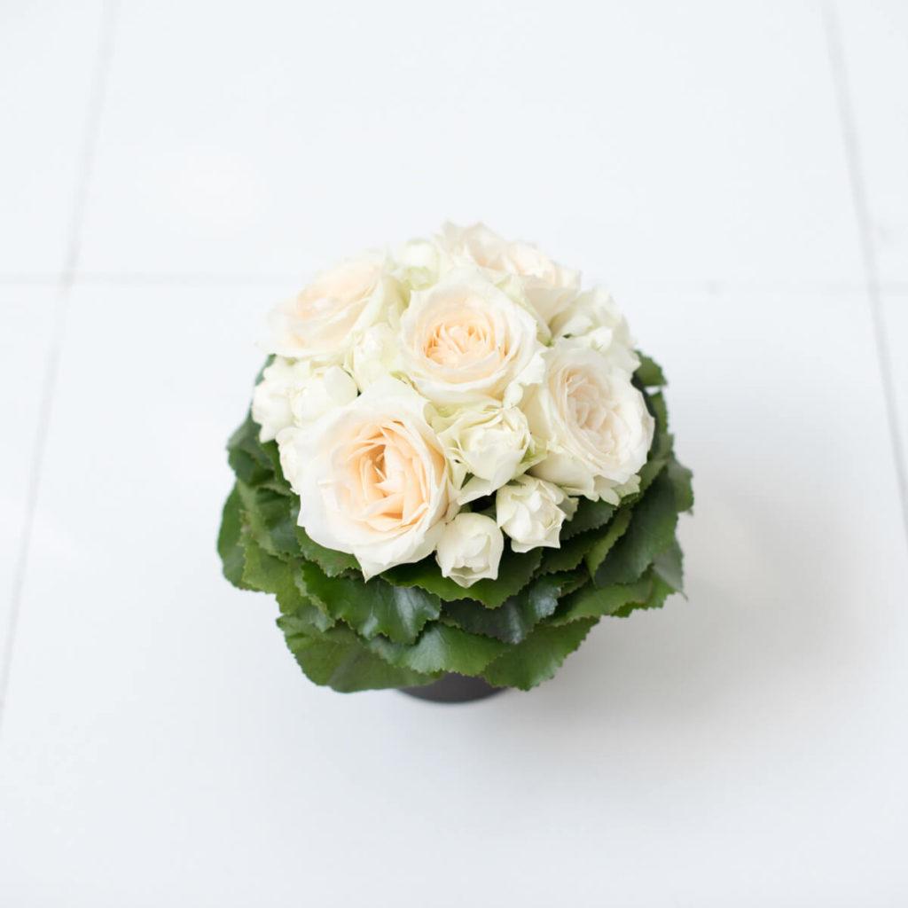花キューピットのサブブランド、プシュケのフラワーアレンジメント。テーマはモダン。白グリーン。