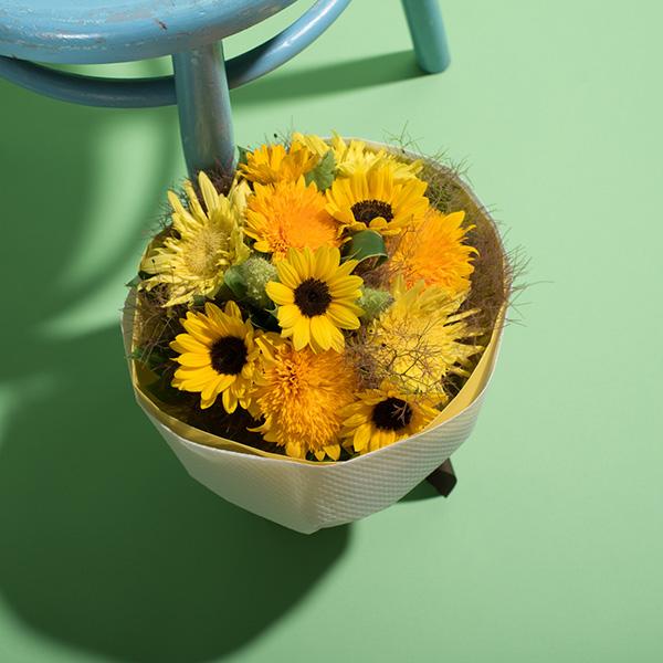 花キューピットのサブブランド、プシュケの生花ブーケ。テーマはサニー。ヒマワリの花束。
