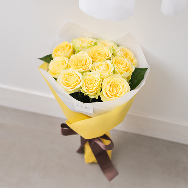 花キューピットのサブブランド、プシュケの生花ブーケ。テーマはサニー。黄色のバラの花束。
